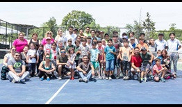 Hans Podlipnik-Castillo spends time with children of Futuros para el Tenis in September 2018.