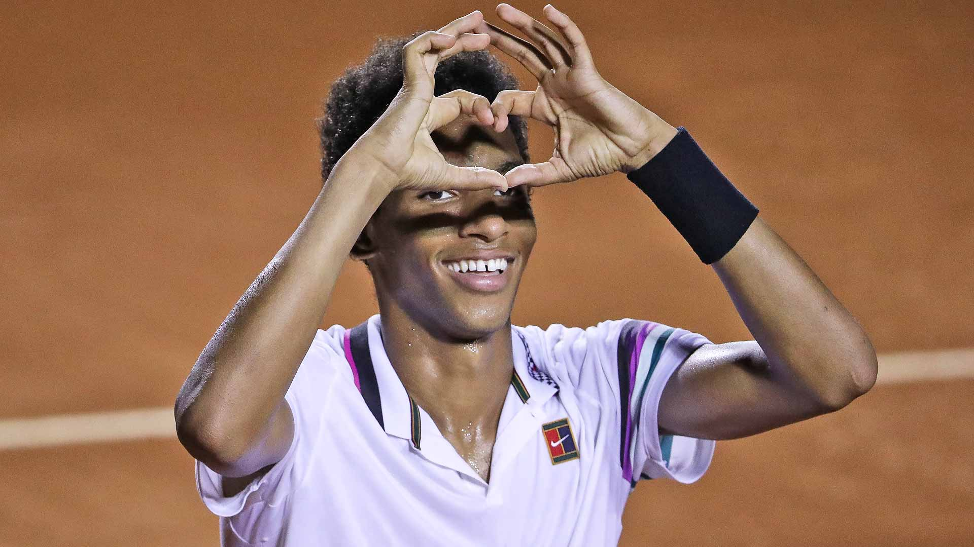 <a href='https://www.atptour.com/en/players/felix-auger-aliassime/ag37/overview'>Felix Auger-Aliassime</a> thanks the crowd for its support during his semi-final in Rio de Janeiro.