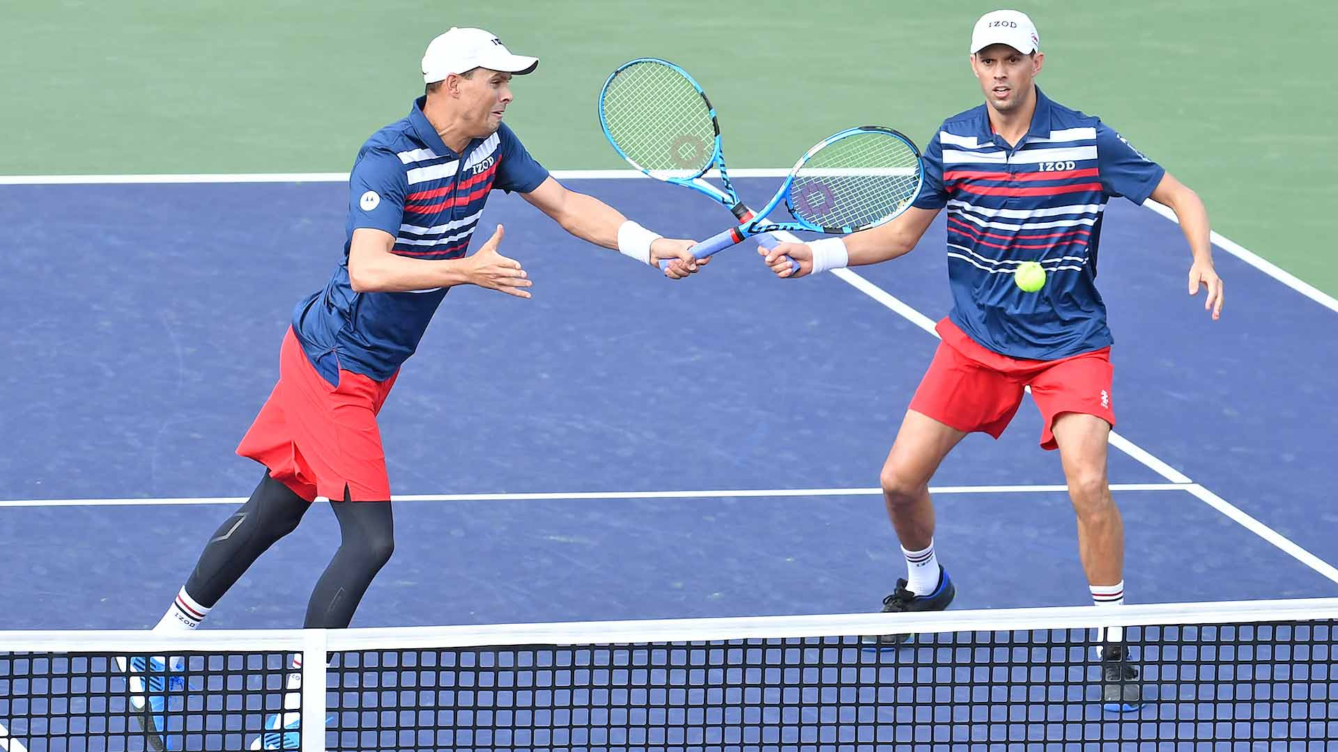 <a href='https://www.atptour.com/en/players/bob-bryan/b588/overview'>Bob Bryan</a> and <a href='https://www.atptour.com/en/players/mike-bryan/b589/overview'>Mike Bryan</a> look to win a point at net at the 2019 <a href='https://www.atptour.com/en/tournaments/indian-wells/404/overview'>BNP Paribas Open</a>.