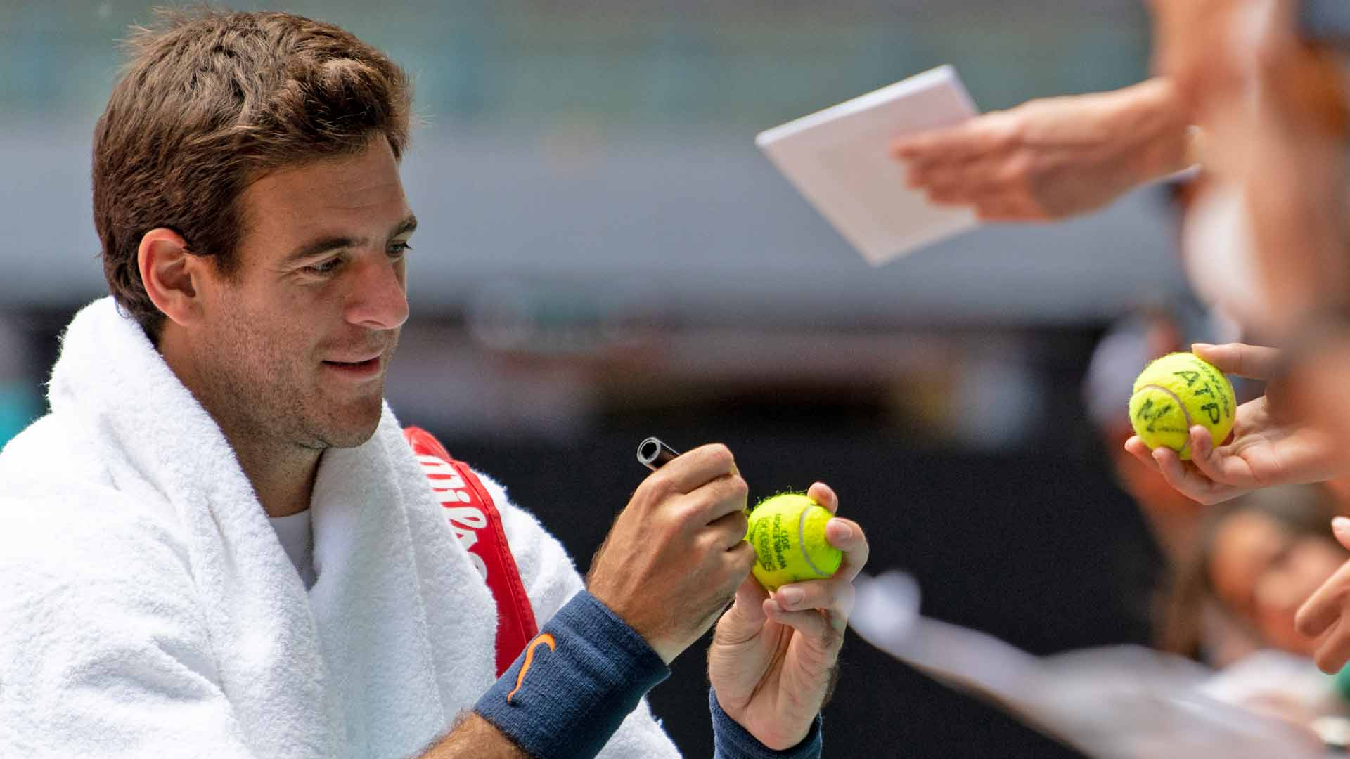 <a href='/en/players/juan-martin-del-potro/d683/overview'>Juan Martin del Potro</a> signs autographs in Madrid