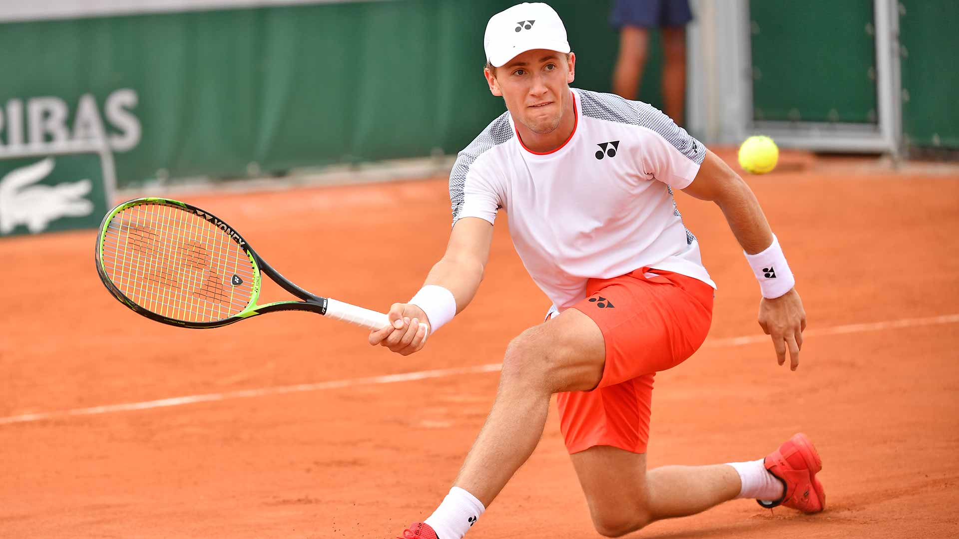 <a href='https://www.atptour.com/en/players/casper-ruud/rh16/overview'>Casper Ruud</a> slices a forehand at <a href='https://www.atptour.com/en/tournaments/roland-garros/520/overview'>Roland Garros</a>