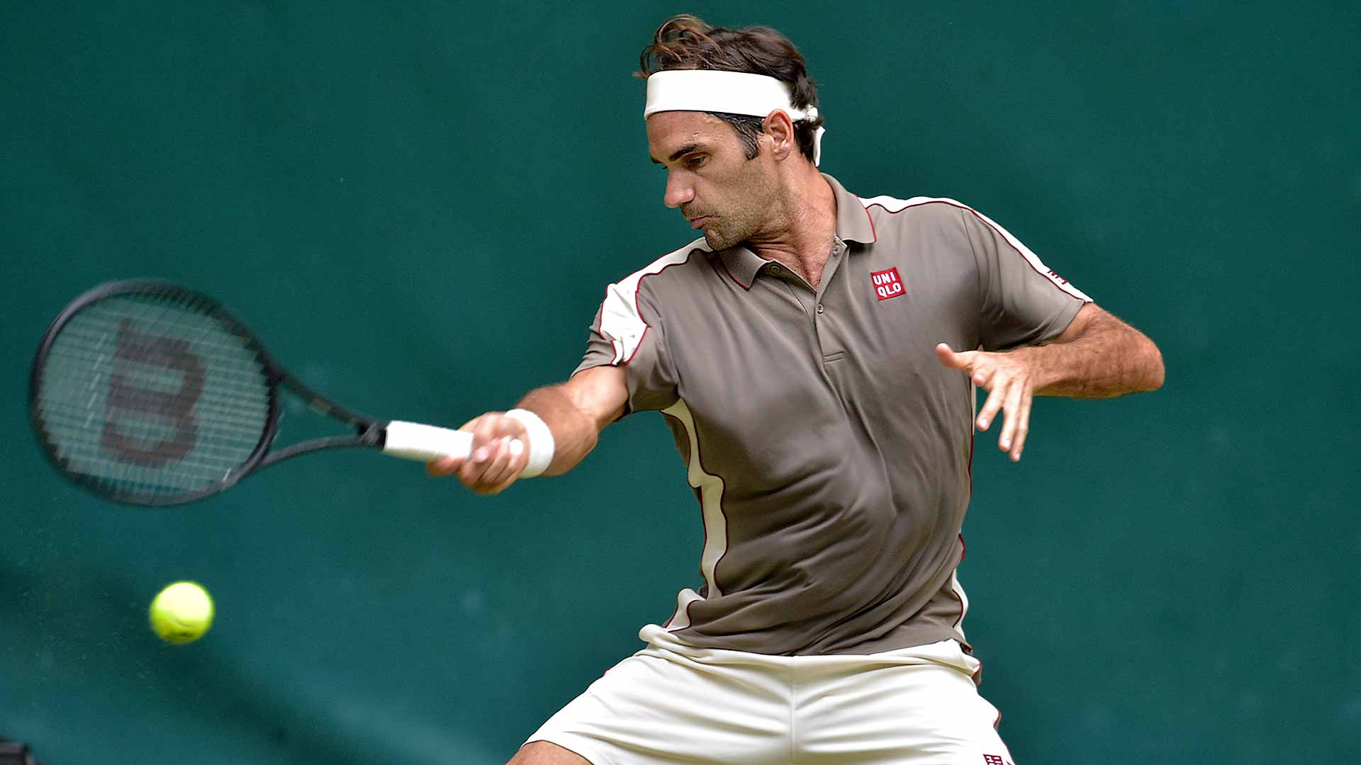 Roger Federer hits a forehand in Halle