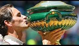 Roger Federer celebrates his 10th Halle trophy, which is also his 102nd tour-level title.