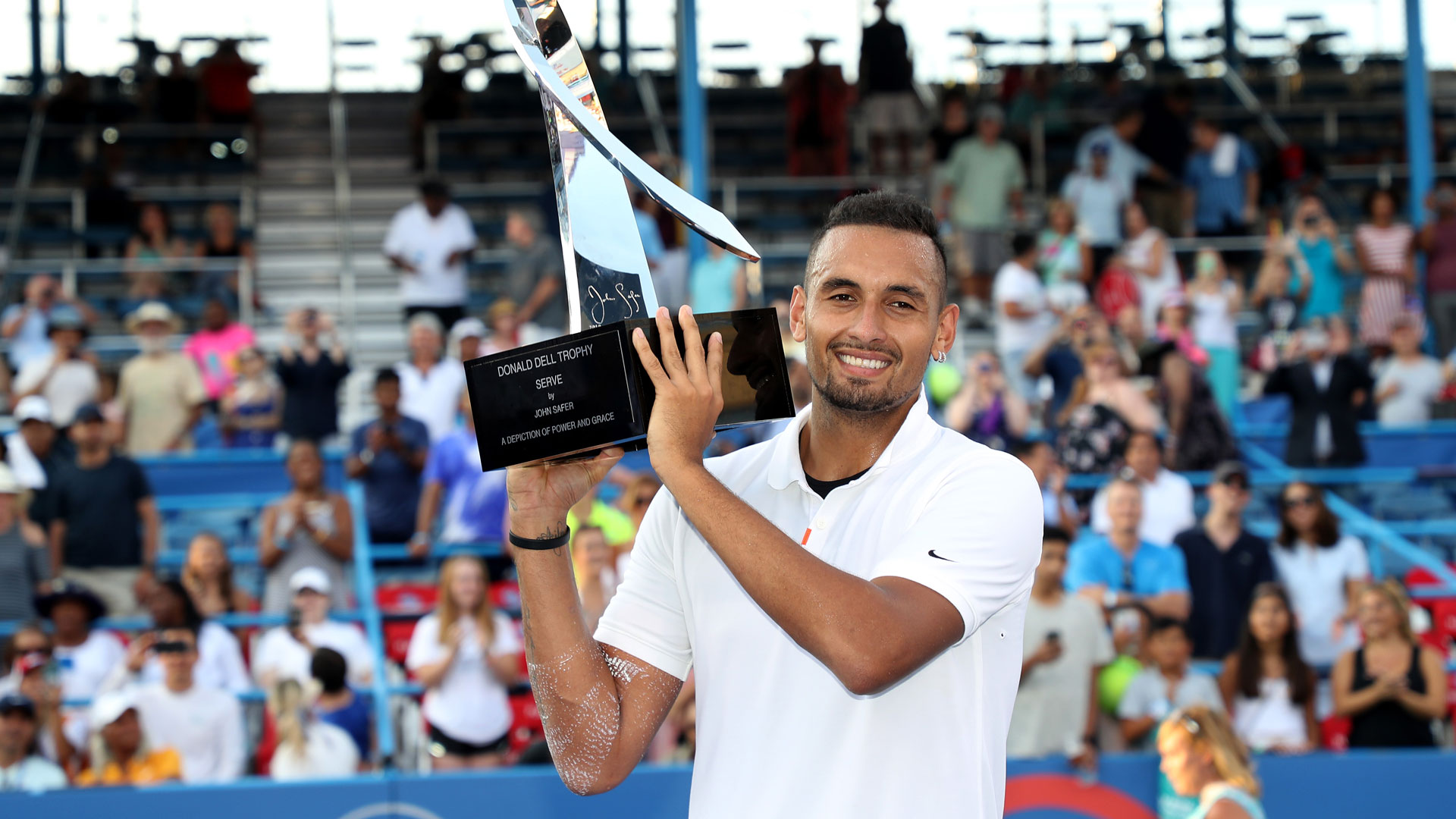 <a href='https://www.atptour.com/en/players/nick-kyrgios/ke17/overview'>Nick Kyrgios</a> holds the winner's trophy in Washington 2019