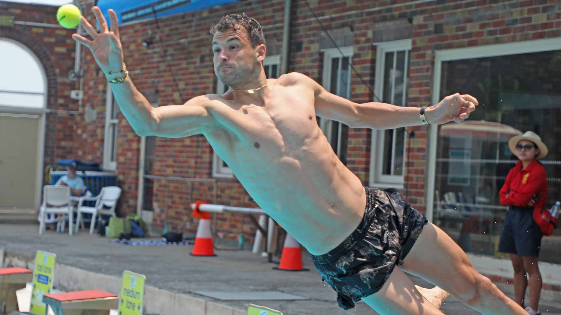 <a href='https://www.atptour.com/en/players/grigor-dimitrov/d875/overview'>Grigor Dimitrov</a> dives into North Sydney Pool.