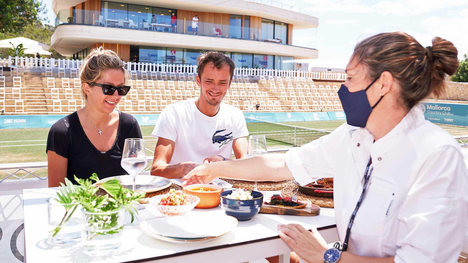 Donil Medvedev y su esposa Taria prueban comida española regular en Mallorca |  Gira ATP