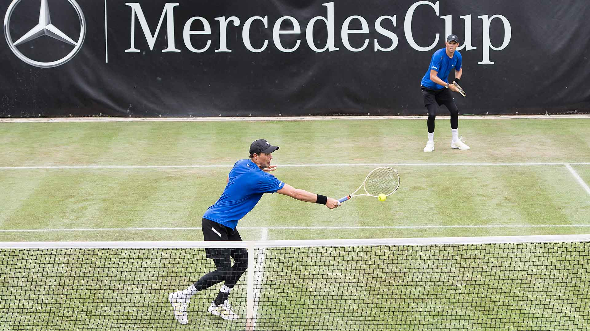 Mike and Bob Bryan advance in Stuttgart.
